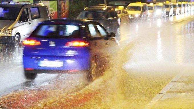 """Aquaplaning: Das Auto verliert den Griff und """"schwimmt"""" auf der Straße."""