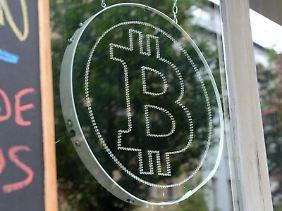 Das Logo der virtuellen Währung Bitcoin in einem Berliner Schaufenster.