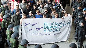 Im Frankfurter Flughafen zogen die Demonstranten durch ein Polizeispalier.