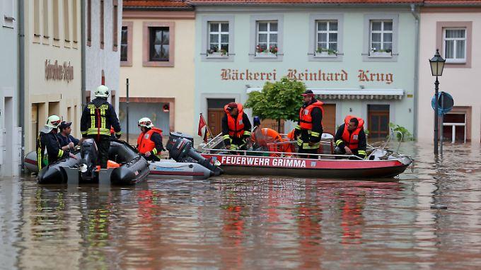 Rettungskräfte bringen Einwohner von Grimma in Sicherheit.