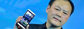 """Links das """"One"""", rechts Peter Chou: Der HTC-Chef braucht jetzt schnelle Erfolge."""