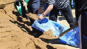 Mit Facebook zum Fluteinsatz: Hochwasserhelfer organisieren sich im Internet