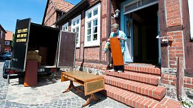 In der Altstadt von Hitzacker bringt Hildegard Becker ihre Möbel in Sicherheit.