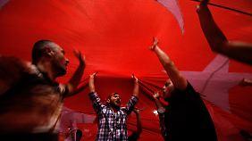 Proteste lassen nicht nach: Zehntausend jubelnde Anhänger empfangen Erdogan