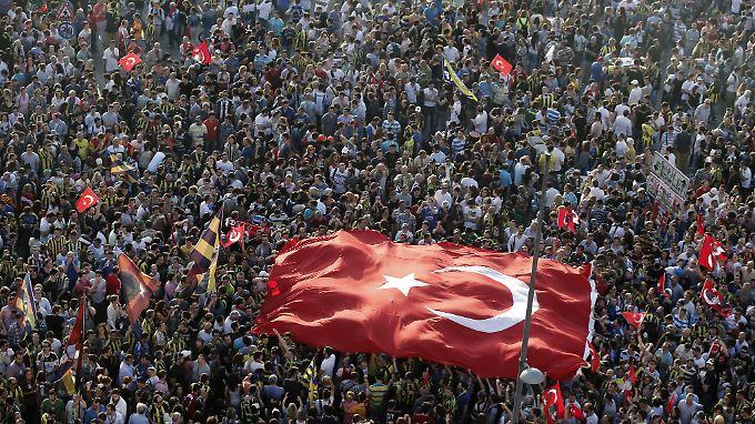 Zehntausende versammeln sich auf dem Istanbuler Taksim-Platz.