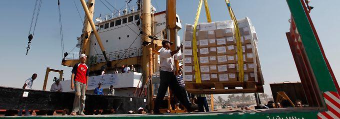 In einem ägyptischen Hafen wird ein Schiff gelöscht, das nicht durch die israelische Gaza-Blockade kam.
