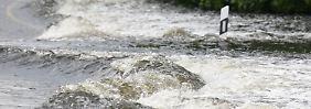 Der Deichbruch bei Fischbeck lässt noch immer gigantische Wassermassen ins Hinterland.