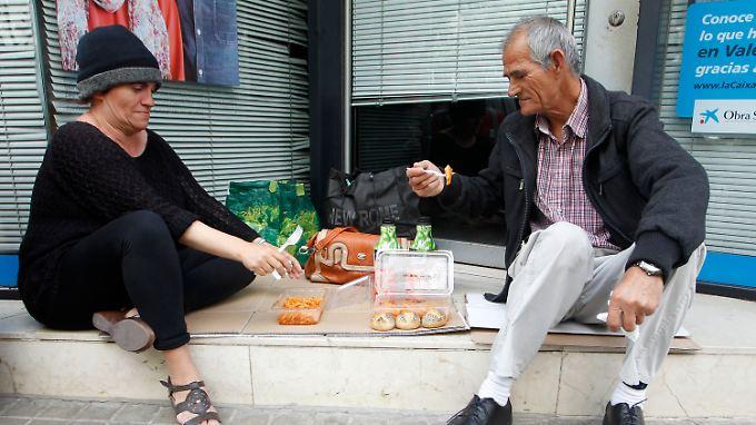 Bedürftige auf den Straßen von Valencia: Eine Hilfsorganisation versorgt jeden Sonntag 120 Notleidende mit Essen. Laut Caritas leben annähernd drei Millionen Menschen in Spanien in extremer Armut.