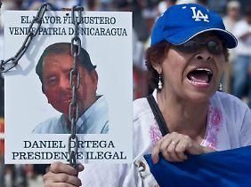 """Proteste vor der Nationalversammmlung in Managua: """"Daniel Ortega, illegaler Präsident - der größte Pirat verkauft die Heimat Nicaragua"""""""