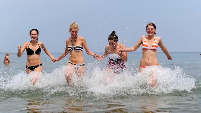 Junge Frauen genießen die Ostsee.