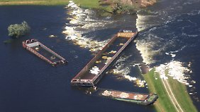 Orte noch immer von Außenwelt abgeschnitten: Deich bei Fischbeck hält