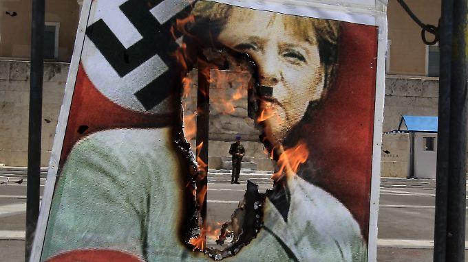 Bundeskanzlerin Merkel und Vergleiche mit Nazi-Deutschland: Südeuropa steckt in der Wirtschaftskrise und die angeblich Schuldigen sitzen in Berlin. Oder doch in Wolfsburg und München?