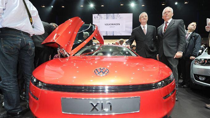VW-Chef Winterkorn und der neue alte Audi-Entwickler Hackenberg (l.) neben dem VW-Concept L1