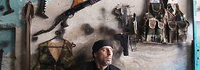 Militärisch sind die Rebellen den Regierungstruppen unterlegen: Blick in ein Geschäft in Aleppo, in dem Waffen repariert werden.