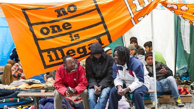 Ohne Essen und Trinken kämpfen die Asylbewerber für die Anerkennung ihrer Anträge.