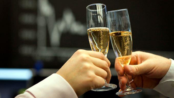 Gläser hoch und Prost: Der Dax hat etwas zu feiern.