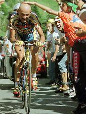 Marco Pantani bahnt sich einen Weg durch die Zuschauermasse am Anstieg (1997).
