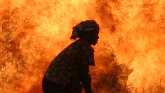 Afrikas rohstoffreiche Staaten - wie etwa Nigeria mit seinen auch brennenden Ölquellen - sind ein gefundenes Fressen für die US-Ölmultis. Die SEC will mit Unterstützung von Hilfsorganisationen wie Oxfam.die Geldflüsse der Konzerne an Regierungsstellen offenlegen.