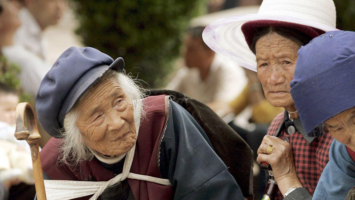 Oma allein zu Hause China zwingt Kinder zum Eltern Besuch