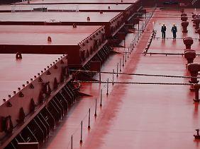Wie Ameisen auf dem Rücken eines Giganten: Zwei Rongsheng-Mitarbeiter an Deck eines Valemax-Schüttgutfrachters mit einer Verdrängung von 380.000 dwt.