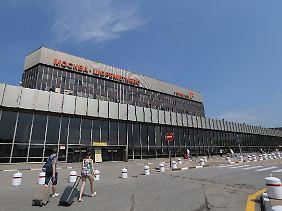 Dass sich Asylsuchende am im über längere Zeit im Transitbereich des Moskauer Flughafens aufhalten, soll nicht unüblich sein.