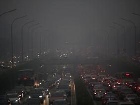 Schlechte Luft: volle Straßen und Smog in Peking. (Bild vom 28. Juni 2013)
