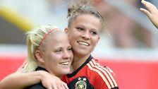 Die 19 Jahre alte Melanie Leupolz, rechts, ist die dritte Freiburgerin im deutschen Aufgebot. Am liebsten spielt sie zentral - ganz gleich, ob im defensiven oder offensiven Mittelfeld.