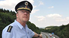 Der leitende Polizeidirektor der Autobahnpolizei, Andreas Krummrey, auf einer Brücke über der A2.