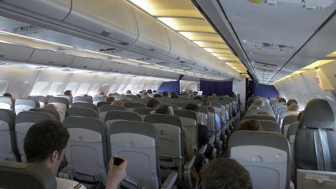Der Abstand zum Vordersitz variiert von Fluggesellschaft zu Fluggesellschaft - Passagiere können sich aber im Vorfeld erkundigen, wie viel Beinfreiheit sie haben.