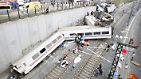 ... als ein Schnellzug am Stadtrand der spanischen Stadt Santiago de Compostela aus den Schienen springt.