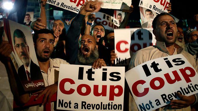 """""""Es ist ein Putsch, keine Revolution"""", heißt es auf den Plakaten dieser Mursi-Anhänger in Kairo."""