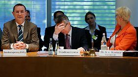 In der Defensive: De Maizière vor dem Verteidigungsausschuss.