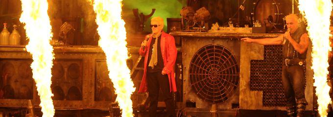 Viel Feuer: Zum Glück hat Heino seine Sonnenbrille auf.