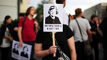 Kanzlerin Merkel soll sich dafür einsetzen, dass das Safe-Harbor-Abkommen ausgesetzt werde - fordern Datenschützer.