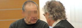Der Angeklagte Siegfried C. (l) spricht im Gerichtssaal des Braunschweiger Landgericht mit seinem Verteidiger Michael Hoppe.