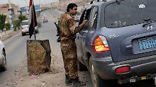 In Sanaa gilt höchste Wachsamkeit. Soldaten überprüfen Fahrzeuge nahe der US-Botschaft.
