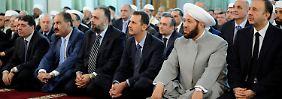 Das Foto der syrischen Agentur Sanaa zeigt Assad (3.v.r.) in einer Moschee in Damaskus.