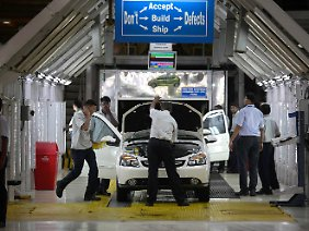 Rund 140 Kilometer von Mumbai entfernt produzieren Fabrikarbeiter ein Auto für Tata Motors - den größten indischen Automobilhersteller.