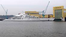 """""""Größte Jacht der Welt"""": Die """"Azzam"""" liegt am Ausrüstungspier der Bremer Lürssen-Werft."""