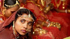 Die indische Regierung versucht den Import von Gold einzudämmen.