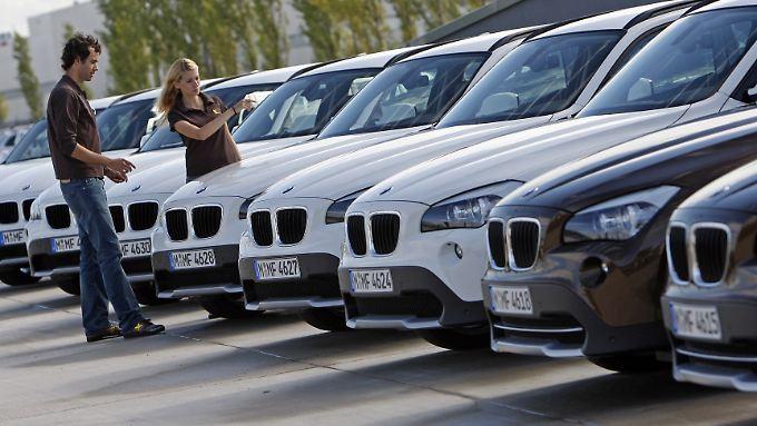 Immer mehr Frauen sagen, wo beim Autokauf der Hase lang läuft.