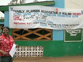 Aufklärung in Malawi: Kondom-Promotion-Show und DJ inklusive.