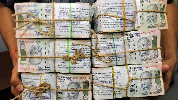 Die Notenbank versucht, den Fall der Rupie zu stoppen.