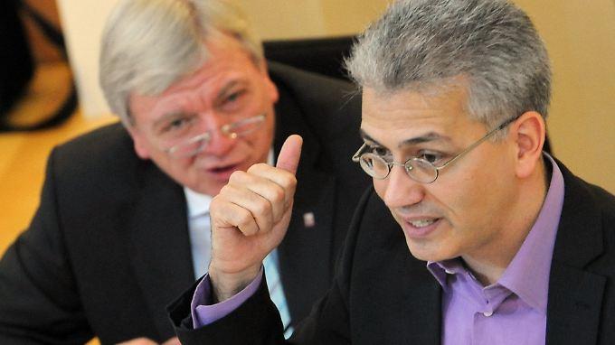 Tarek Al-Wazir (r.) kann sich eine Koalition der Grünen mit Volker Bouffiers (l.) CDU in Hessen vorstellen.