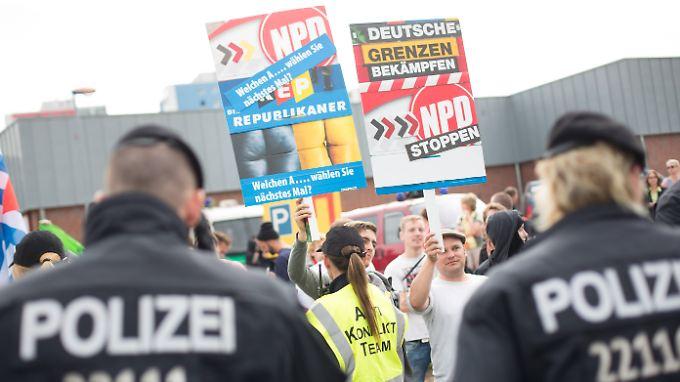 Gegendemonstranten bei einer Kundgebung Rechtsextremer vor dem Flüchtlingsheim in Berlin-Hellersdorf im August.