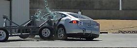 Das Tesla Modell S ließ sich bei den Tests der NHTSA weder aufs Dach legen, noch hielten die Geräte dem Elektroauto stand.