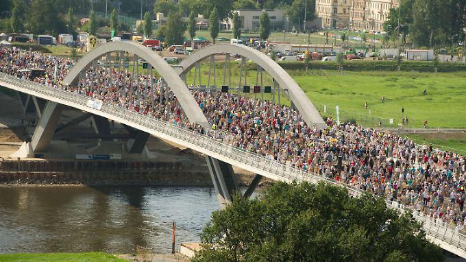 Kurz nach der offiziellen Einweihung strömen die Menschen über die neue Brücke.