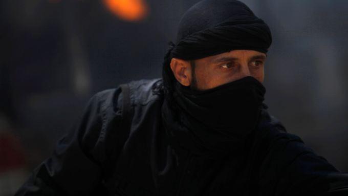 Ein Kämpfer der Al-Nusra-Front. Die Islamisten kämpfen in Syrien gegen Baschar al-Assad und gegen pro-westliche Rebellen.