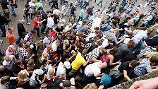 Einige sollen auf der Flucht vor der Menschenmasse am Tunnelende von einer schmalen Treppe gestürzt sein.