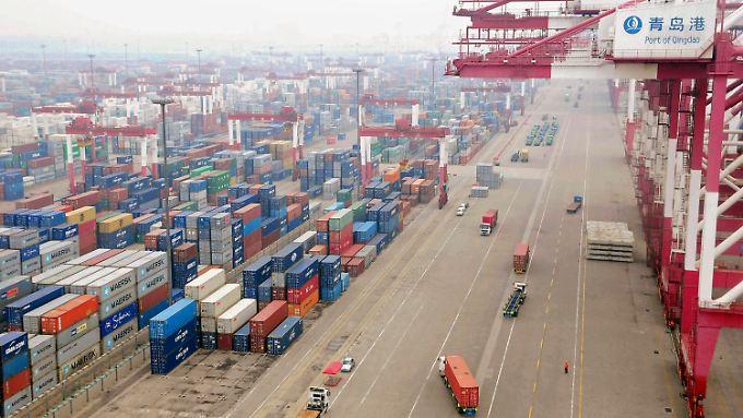 Container im Hafen von Qingdao.